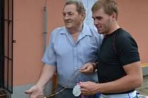 Václav Pafkovič (vlevo) na snímku pózuje se současným nejlepším břeclavským veslařem a olympionikem Lukášem Helešicem.