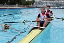 Osmnáctiletý Břeclavan Lukáš Helešic s kolegou Miroslavem Jechem si v lodi vyzkoušeli hladinu bazénu.