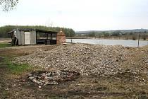 Suť k bořetickému rybníku podle tamních obyvatel někdo vyvezl nelegálně. Leží tam údajně už od listopadu loňského roku.