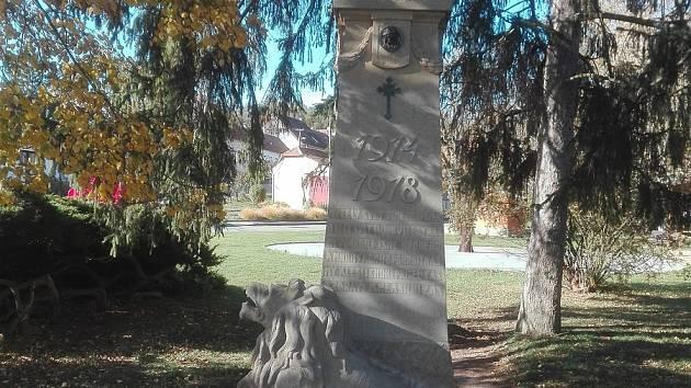 Obec Diváky pomník nově zrestaurovala k výročí 100 let vzniku republiky.