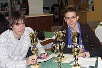 Šachista Lukáš Kuchynka (vpravo).