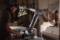 Robotické rameno, které má zefektivnit a zkvalitnit výrobu. Foto: Se svolením Furch Guitars.