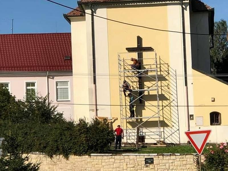 Dřevěný kříž vysvětlil farář Filip Toufar v roce 1893