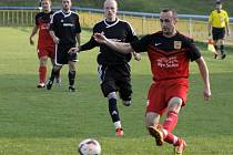 Fotbalisté Hlohovce (v červeném) doma přetlačili v derby I.B třídy Podivín.
