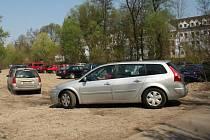 Obsluha z hlavního lednického parkoviště začala kvůli nedostatku parkovacích míst automobily posílat k lesu, kam obec navezla zeminu ze stavby.