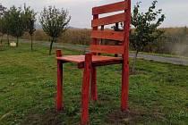 Nadrozměrná židle je opět v biocentru Zahájka.