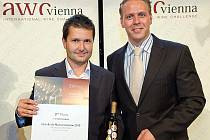 Jan Stávek z Vinařského dvora Němčičky přebírá na snímku ocenění od prezidenta soutěže Michaela Edlmosera za fortifikované víno Mistelle de Muscat Juveano.