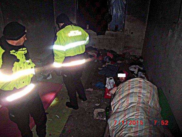 Břeclavští strážníci kontrolují bezdomovce trávící mrazivé noci pod širým nebem.