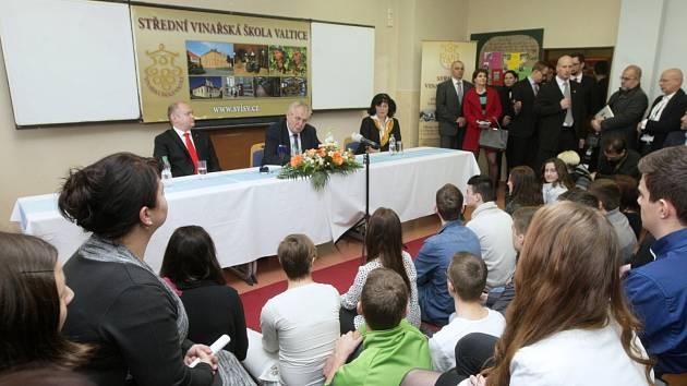 Diskuze studentů střední vinařské školy ve Valticích s prezidentem České republiky Milošem Zemanem.