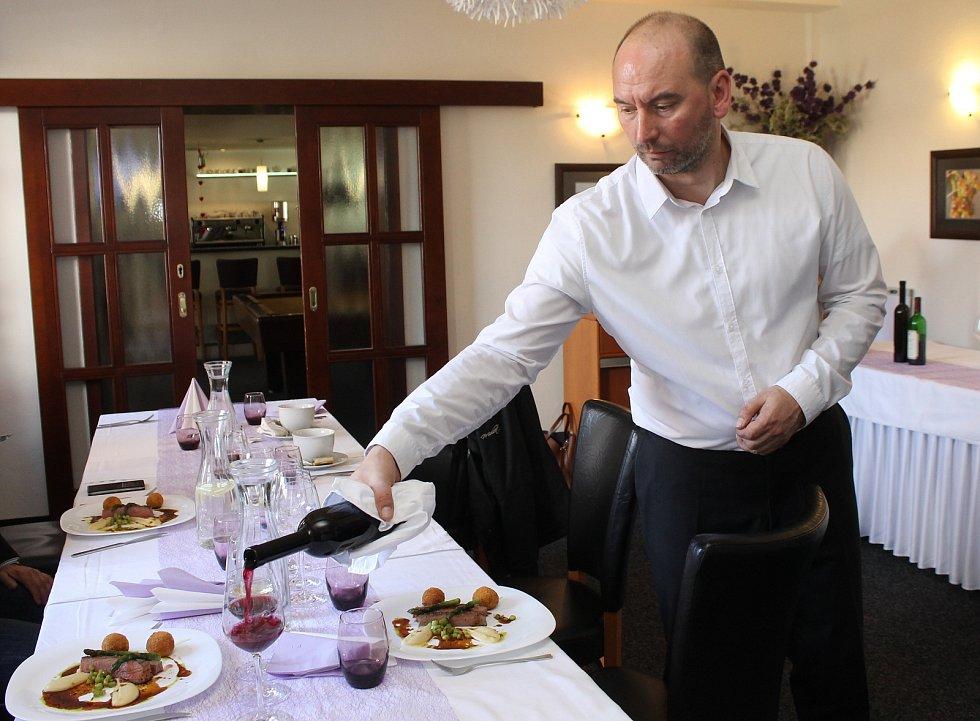 Kuchařská elita vařila ve středu v Mikulově v hotelu Marcinčák. Také seznámila pozvané s připravovanými pokrmy pro Mikulov Gourmet festival 2016.