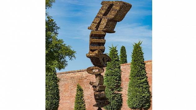 Socha z klíčů stojí v zámeckém parku v Mikulově. Má připomínat sametovou revoluci z roku 1989.
