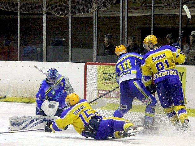 Nymburský útočník Dominik Tregl se snaží v pádu zakončit útočnou akci domácích hokejistů. Dobře chytající brankář Lvů Daniel Zelenka byl ale proti.
