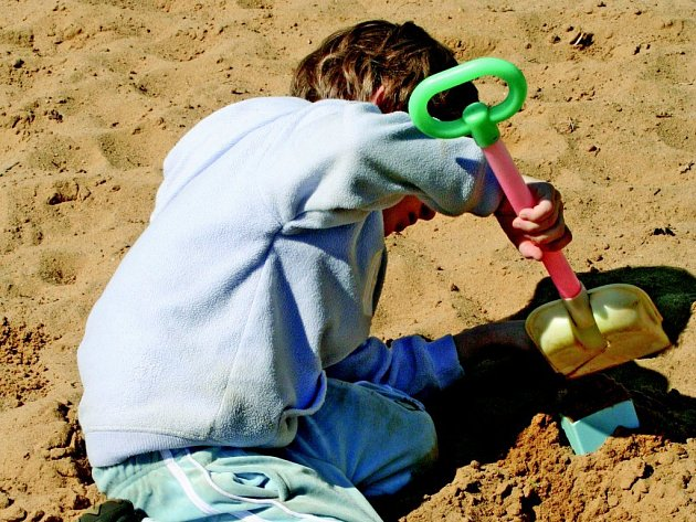 Dítě s autismem si může hrát na pískovišti se svou třídou jen pod neustálým dohledem.