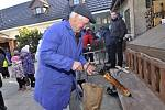 Zabijačkové pochoutky, trdelníky, víno i pivní masopustní speciál Jitrnice, ochutnali návštěvníci Vinařské zabijačky v Němčičkách.