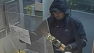 Neznámý muž hrozil výbušninou. Z rakouské banky si odnesl tisíce eur.