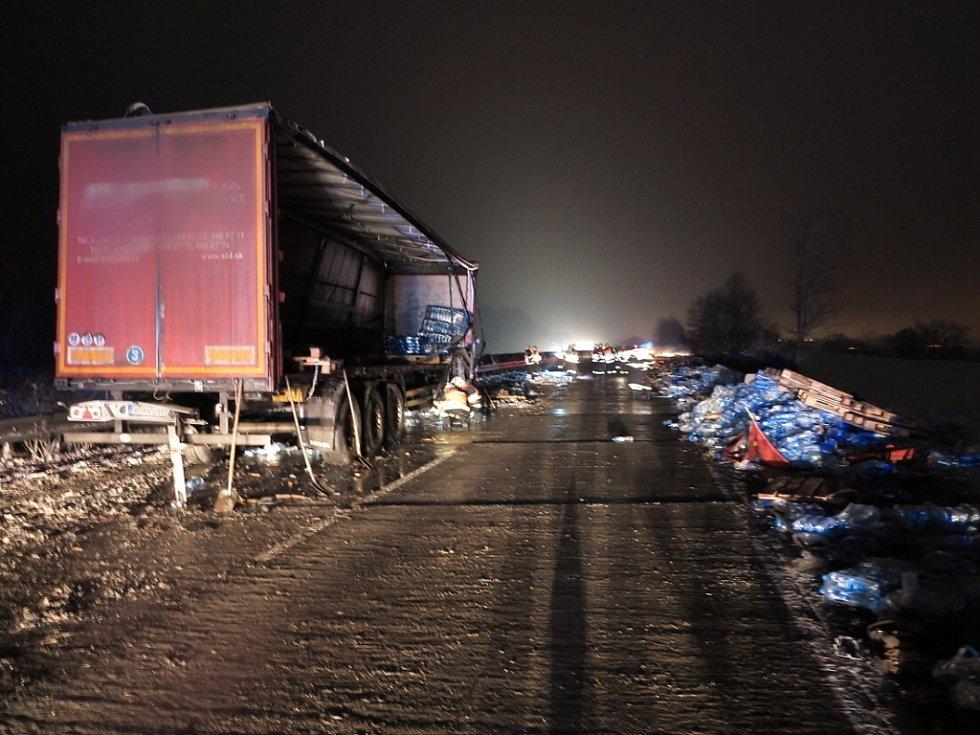 Kolize dvou kamionů a pěti osobních aut zablokovala v úterý po dvacáté hodině dálnici D2 u Velkých Němčic.