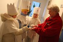 Tři králové navštívili v loňském roce i důchodce v bytovém domě pro seniory v Kosticích.