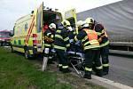 Nehoda traktoru mezi Hustopečemi a Velkými Němčicemi. Řidič vypadl z kabiny a zůstal pod traktorem zaklíněný. Hasičům pomohl projíždějící jeřáb.