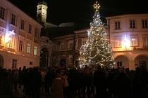 Na mikulovském náměstí se sešlo přes sto lidí.