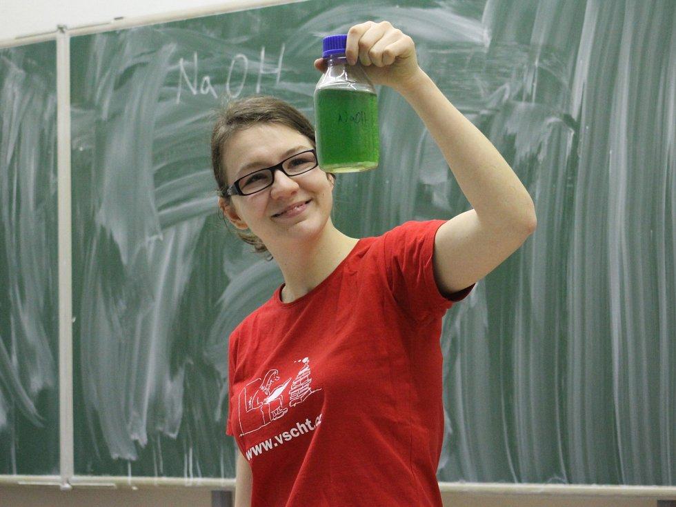 Do hustopečského gymnázia zavítali studenti vysoké školy chemicko-technologické z Prahy, kteří si pro gymnazisty připravili zábavnou hodinu chemie.