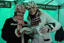 Kateřina Kopová (vpravo), zakladatelka Hustopečské mandlárny.