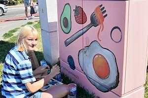 Studentka Eliška Procházková a její dílo mezi obchodními domy Billa, Penny market a Lidl.