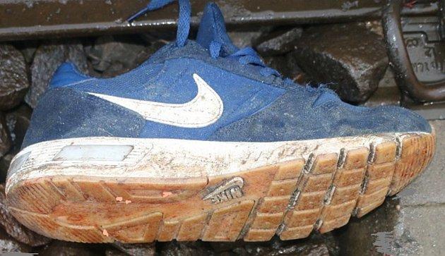 Sportovní obuv měl na sobě muž, který vúterý vstoupil do kolejiště uBřeclavi, kde ho srazil vlak. Na místě zemřel. Policistům se doposud nepodařilo zjistit jeho totožnost.