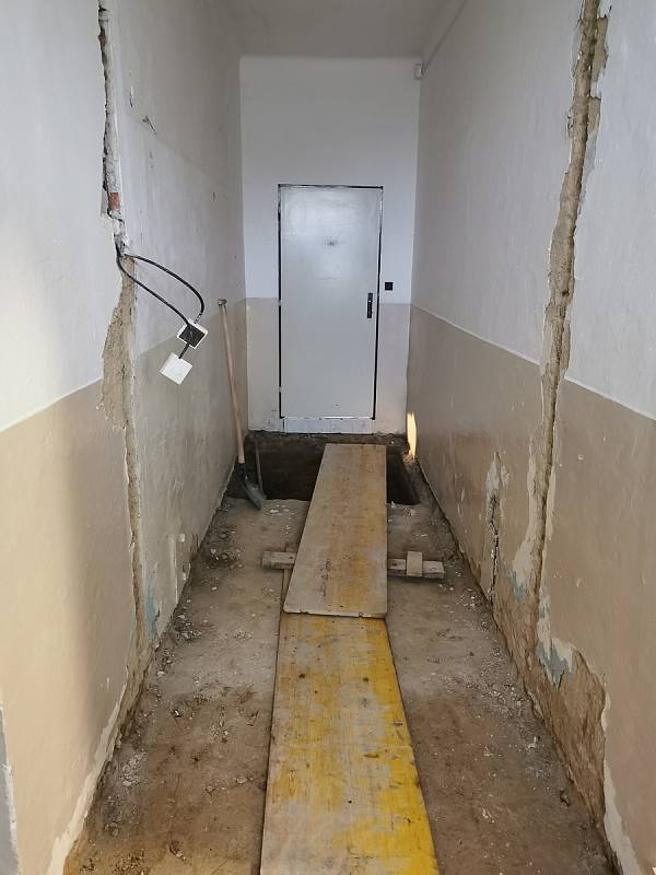 Původní chodba a dveře na toaletu, nyní schodiště do sklepa.