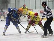 Břeclavští hokejisté (v modrém) dokázali v mlze zdolat Moravské Budějovice.
