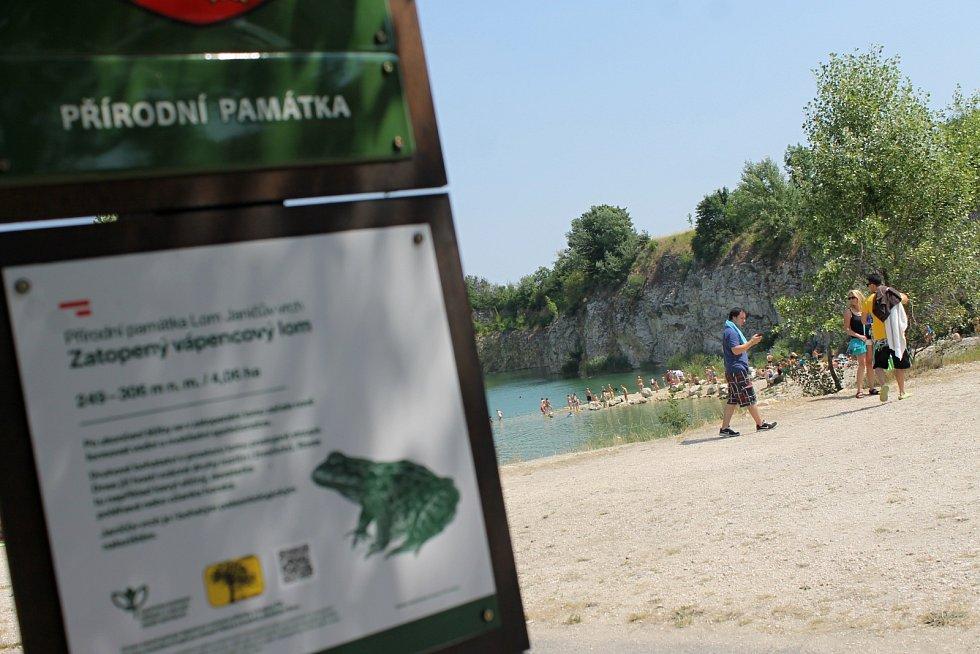 Bývalý vápencový lom berou turisté útokem hlavně v létě.