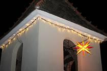 Ve Staré Břeclavi ve čtvrtek v podvečer rozsvítili tři Moravské hvězdy. Zazpívali přitom malí folkloristé s mužáky, zahrála cimbálová muzika Břeclavánku.