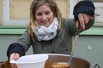 Dobrovolníci rozdávali na Štědrý den na pěší zóně před břeclavským gymnáziem gulášovou polévku a teplý čaj lidem v nouzi. Zdarma.