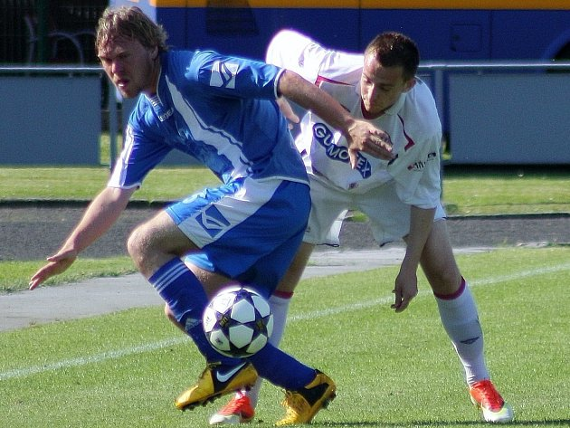 Fotbalisté Zábřehu (v modrém) proti Břeclavi (v bílém). Ilustrační foto.