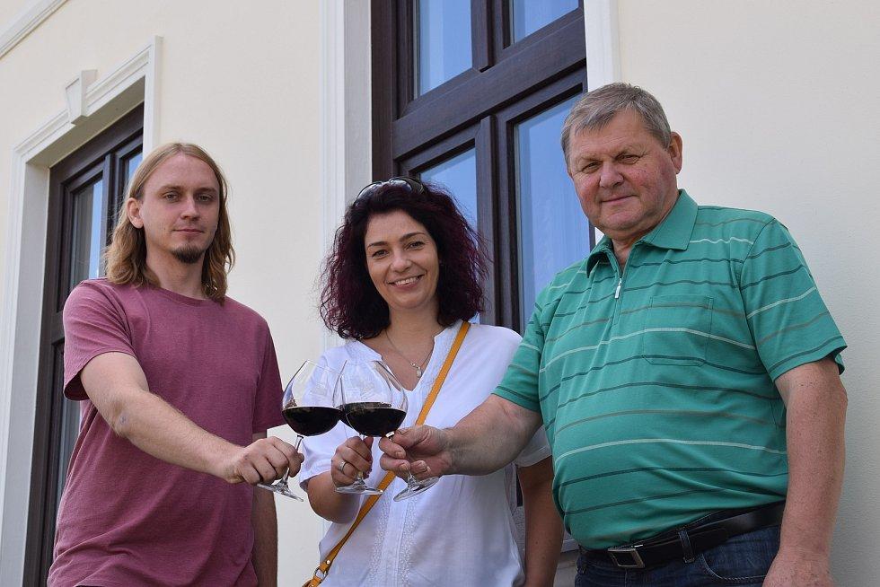 Místostarosta Kašnice Tomáš Rozbořil a starostka Jana Majerová s místním vinařem Josefem Valihrachem.