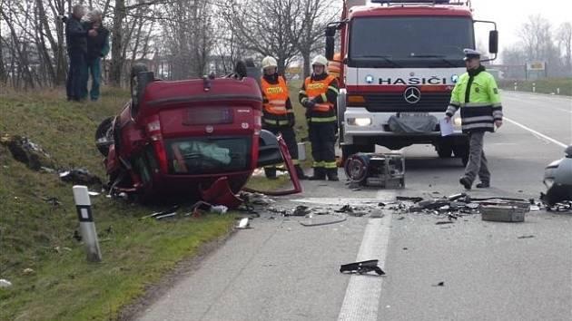 Dvě osobní auta se ve středu 13. března odpoledne čelně střetla na frekventované silnici I/55 nedaleko Hrušek. Zatímco Ford Mondeo zůstal na silnici, Fiat Panda ležel po srážce vedle cesty na střeše.