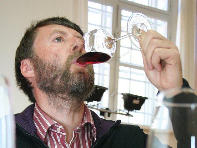 Degustátoři hodnotili vzorky vín, s nimiž se vinaři ucházejí o známku Svatomartinské.