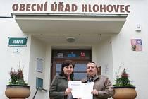 Hlohovecká starostka Marie Michalicová a místostarosta Pavel Kašník stojí v obci za peticí proti nekalému předváděcímu a podomnímu prodeji.