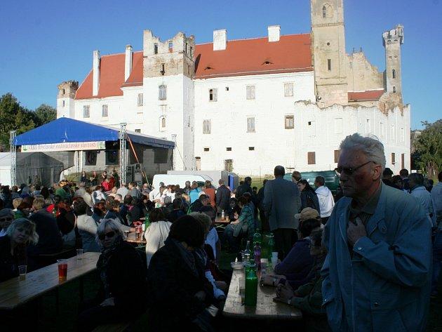 Tisíce lidí v sobotu přišly do areálu břeclavského zámku. Na Svatováclavské slavnosti. Zahrál tam i Jiří Pavlica s Hradišťanem.
