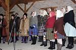 Průvodu s živým betlémem a vystoupení na dvoře kulturního domu ve Staré Břeclavi se účastnilo víc než sto lidí.