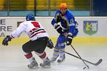 Břeclavští hokejisté (v modrém) vstoupili do soutěže výhrou nad Frýdkem.
