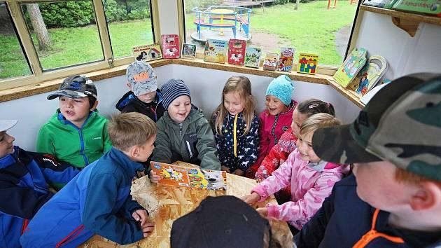 Děti z Mateřské školy Okružní mají novou knihovnu v zahradě.