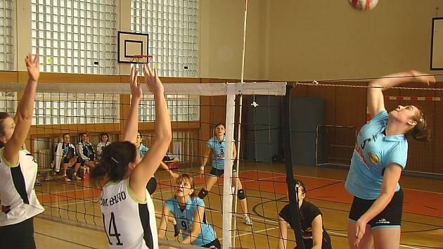 Volejbalistky TJ Lokomotiva Břeclav (v modrém).