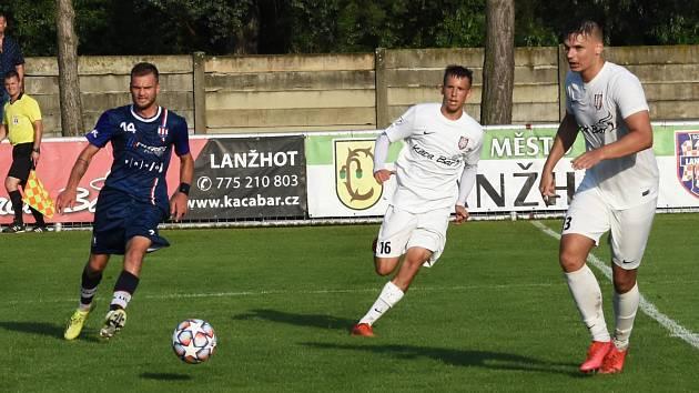 Fotbalisté Lanžhota (v bílém) prohráli v přátelském duelu s druholigovou Líšní 0:1.