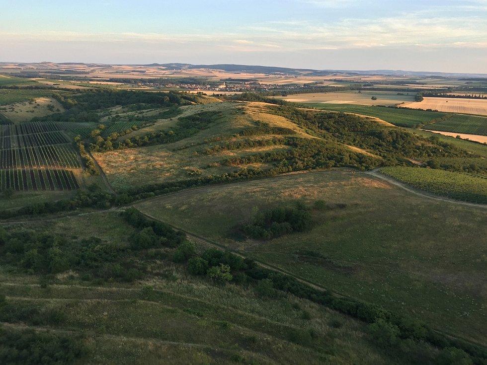 Letecký pohled na Dunajovické kopce. V pozadí Březí.
