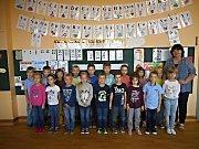 Žáci první třídy Základní školy v Podivíně s třídní učitelkou Annou Rackovou.