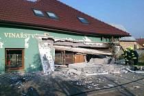 V Perné došlo v jednom z tamních stavení k explozi. Záchranáři odvezli do nemocnice dva popálené muže.