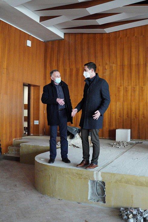 Sál Domu školství v Břeclavi je nyní opravován