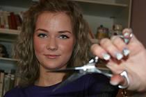 Osmnáctiletá Angelika Macháčková z Lanžhota stříhá bezdomovce v břeclavském azylovém domě.