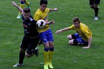Břeclavští gfotbalisté (ve žlutém) remizovali doma s HFK Olomouc 1:1.