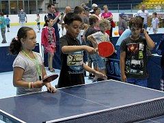 Stolní tenis uspořádal na ploše zimního stadionu v Břeclavi soutěže, exhibice a turnaje akademiků i handicapovaných sportovců. To vše v rámci náborových dnů.